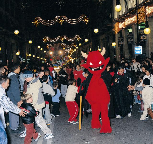 Roter Teufel in Menschenmenge