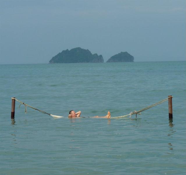 Autor Carsten Heinke liegt in einer Hängematte mitten im Meer