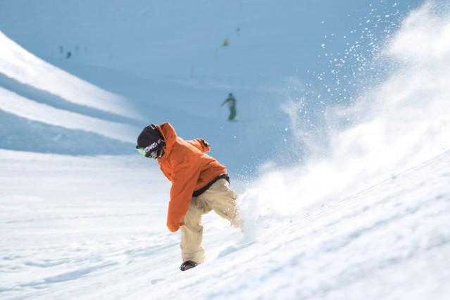 ..oder weichen Tiefschneehängen - Wer sich einmal dem Wintersport verschreibt, der kommt selten wieder davon los. Fotos (4): TUI