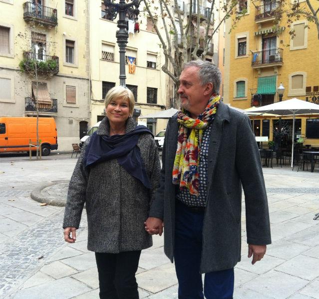 Das Ehepaar Adler-Olsen geht Hand in Hand durch die Straßen