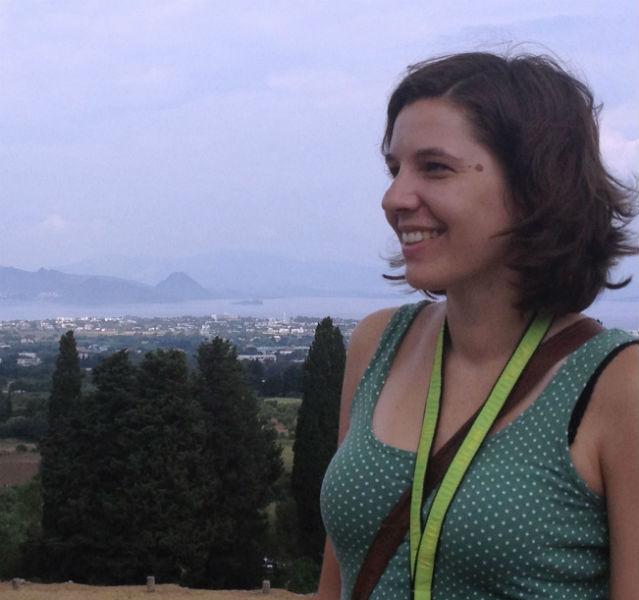 Kathrin im grünen T-Shirt, im Hintergrund liegt Kos Stadt