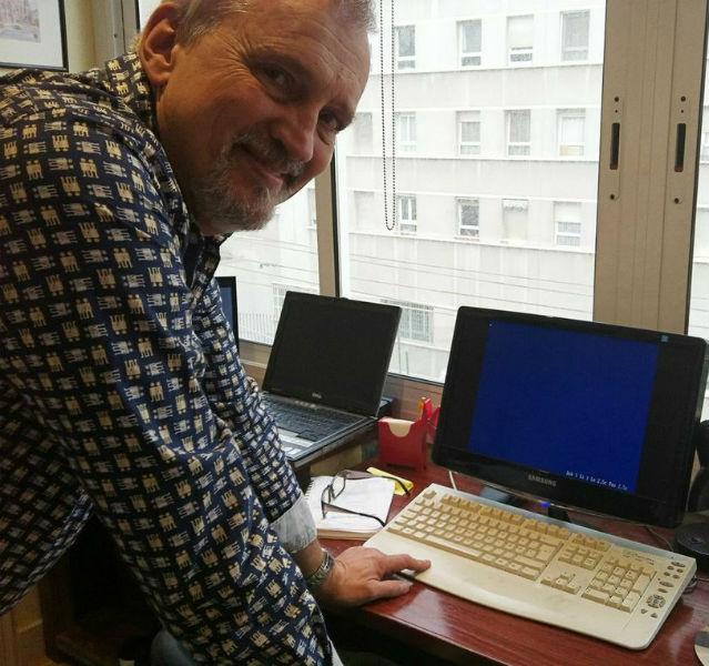 Jussi Adler-Olsen steht vor einem sehr alten Computer