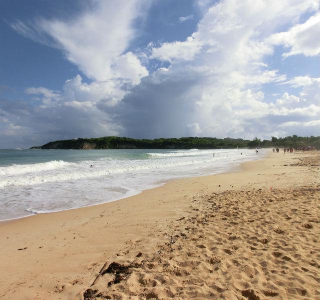 Weißer Strand mit Meer von links