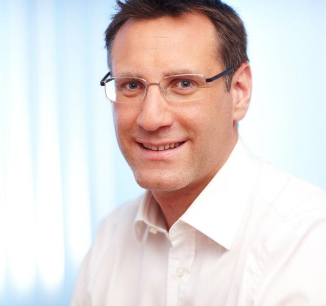 Portrait von Oliver Dörschuck im weißen Hemd