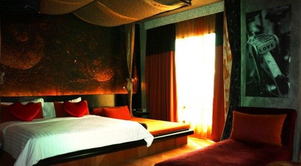 Bett mit Herzkissen und üppiger Dekoration