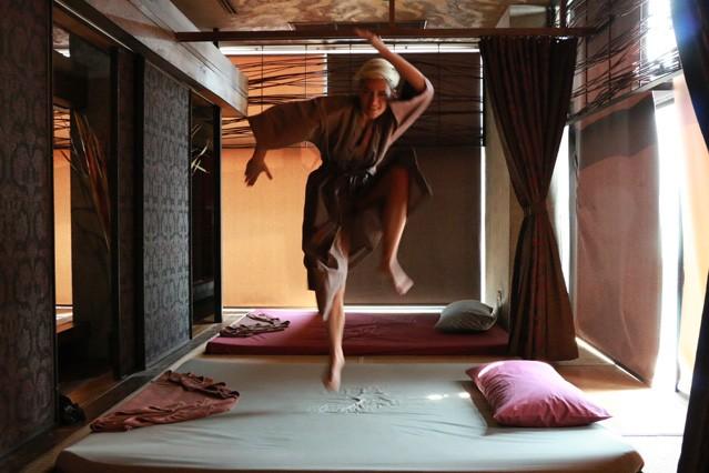Autorin Mia springt im Kimono auf dem Massagebett herum