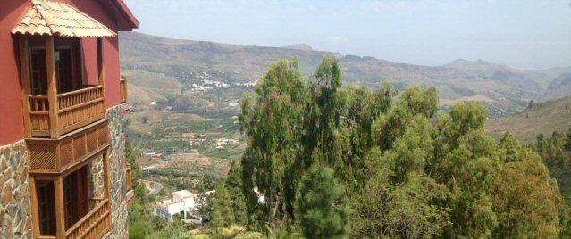 Balkone des Viverde Hotels Las Tirajanas sowie der Ausblick auf das grüne Hinterland.