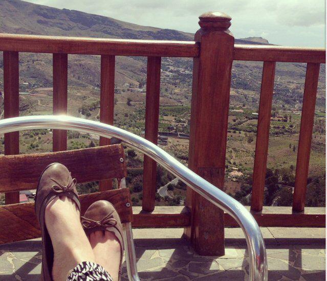 Füße auf einem Stuhl auf der Aussichtsterrasse des Viverde Las Tirajanas auf Gran Canaria