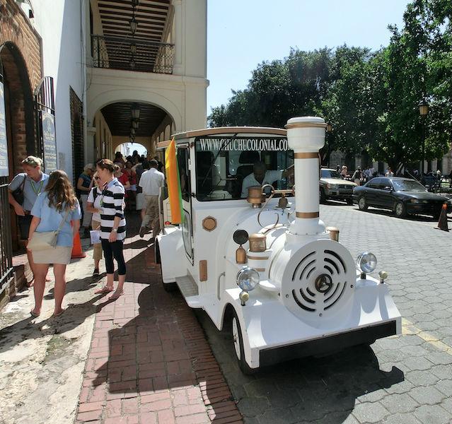 Kleine weiße Bahn mit Touristen