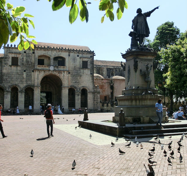 Parque de Colón mit Tauben und Touristen in Santo Domingo