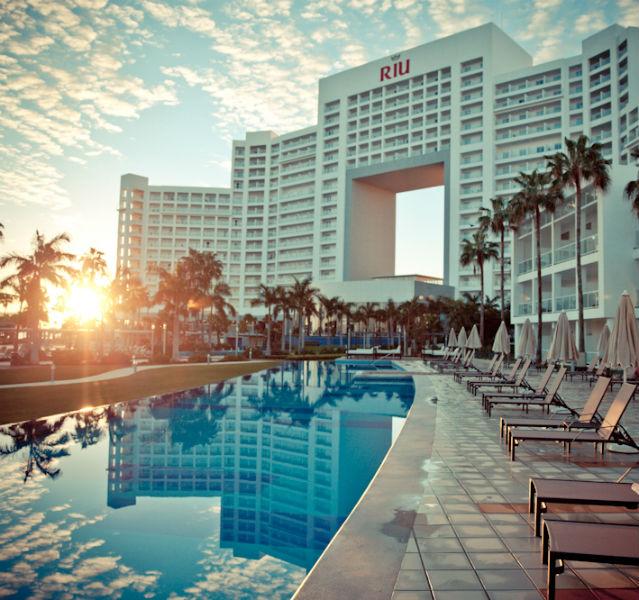 Hotel, Pool und Sonnenuntergang