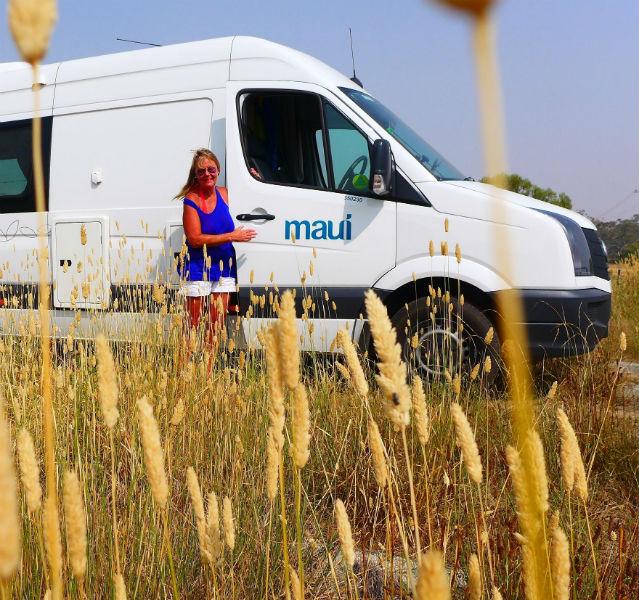 Marita Persian steht vor ihrem Camper