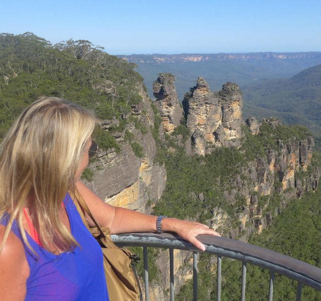 Marita Persian im Vordergrund, hinten drei Felsen