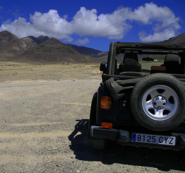 Jeep von hinten am Strand