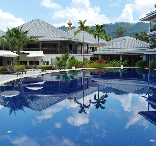 Die großen Pools sind Blickfang und Herzstück des thailändischen Resorts