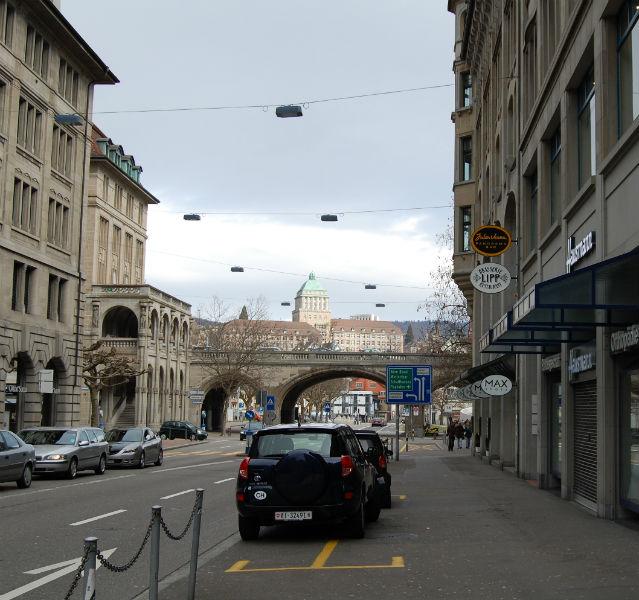 Straße mit parkenden Autos und Schluss um Hintergrund