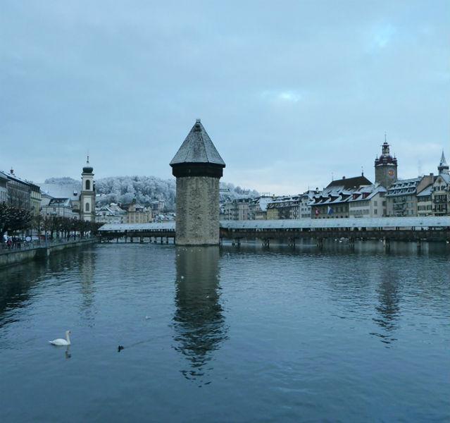 Luzern im Winter: Die Kapellbrücke und der achteckige Wasserturm am Vierwaldstätter See sind das Wahrzeichen der Stadt