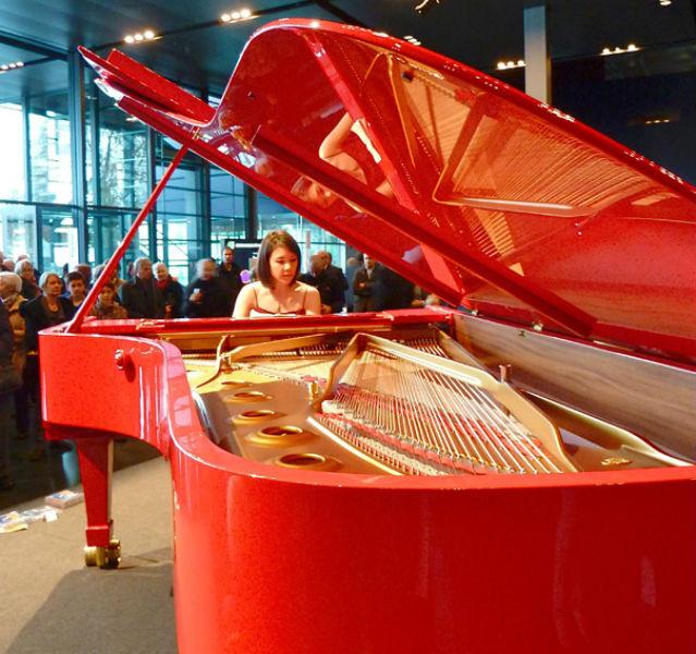 Roter Flügel, stolze Leistung: Die junge Jazz-Pianistin Stephanie Trick beeindruckte 2013 im Kultur- und Kongresszentrum von Luzern