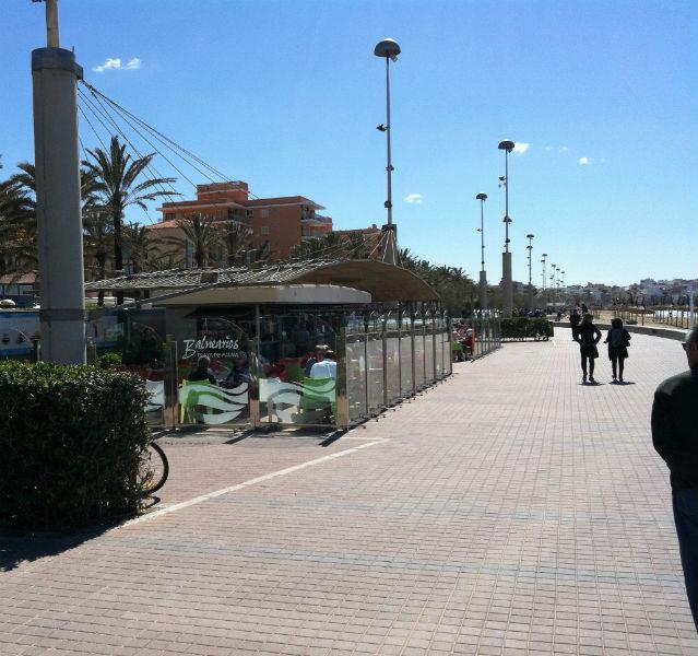 """Unscheinbar: Der Treffpunkt aller Partygänger auf Mallorca ist der Ballermann 6. """"Balneraeos"""" heißen die Strandposten auf spanisch"""