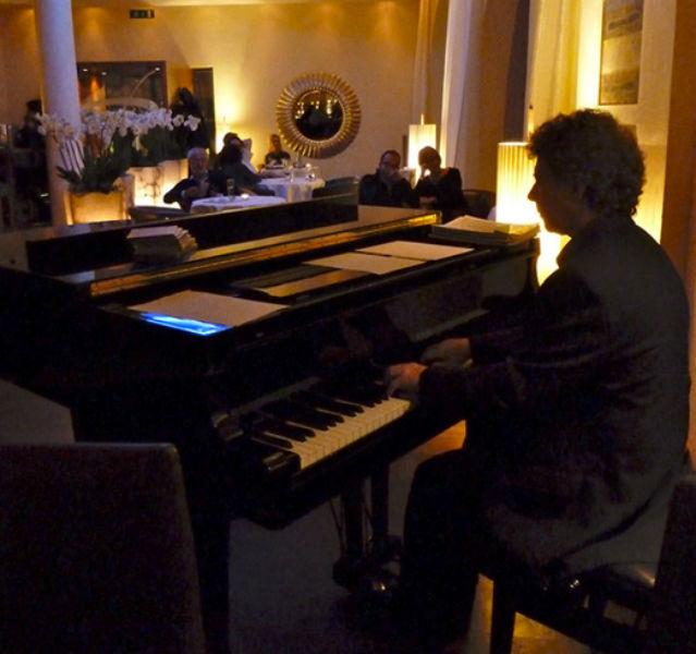 Sitzplätze mit Blick auf die Tasten: Piano-Bars wie diese sind ein Geheimtipp in Luzern. Hier spielt gerade der Jazz-Musiker Alessandro d'Episcopo im Hotels Des Balances