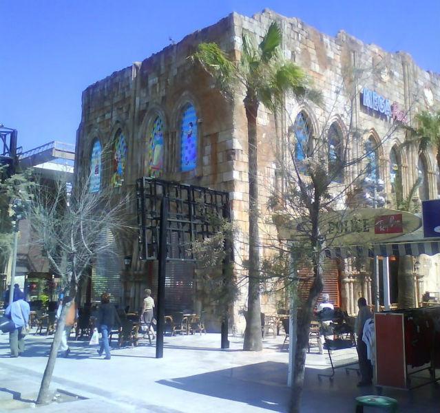 """Schon irgendwie abgefahren: Die """"Mega Park""""-Feierhalle am Playa de Palma Strand sieht von außen aus wie eine Kathedrale und bietet innen hypermodernes Partyfeeling für 2.500 Leute"""