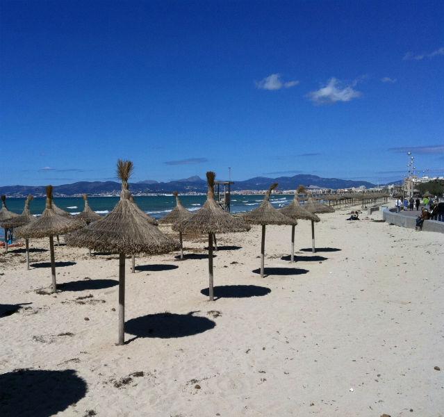 Oh, wie stille....: Tagsüber ist der El Arenal Strand einfach ein feiner, weißer, familienfreundlicher Superstrand mit Schattenhütchen aus Stroh