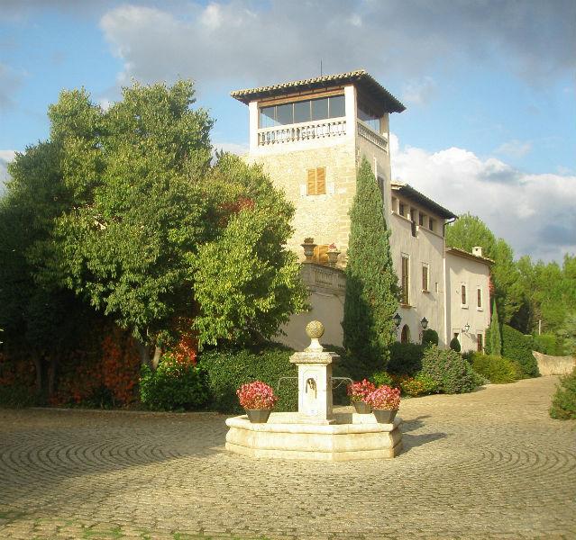 Hochherrschaftlich kommt das Weingut daher, dass die deutsche Familie Graf bei Binissalem auf Mallorca wiederbelebt hat – Fotos: (3) Bodega Biniagual