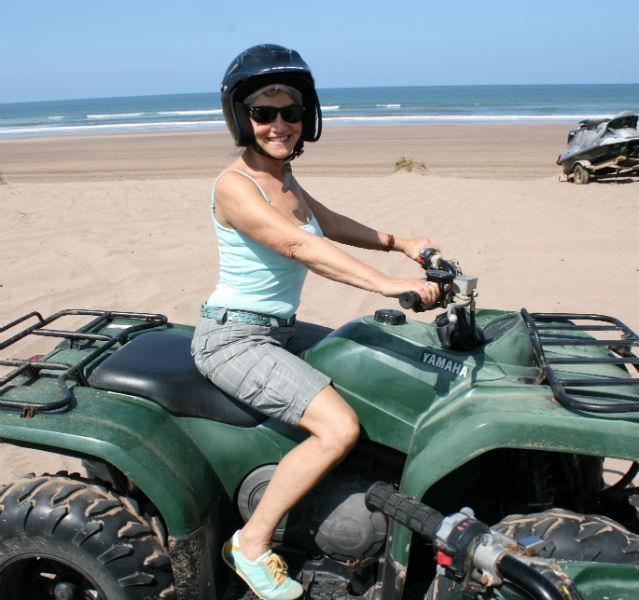 Nach dem Hamam bin ich fit und düse auf einem Quad am Strand von Casablanca herum