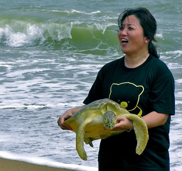 Ganz schön die Wasserschildkröte, die diese Chinesin im Meer aufgegabelt hat. Aber bitte zurück damit in die Fluten!