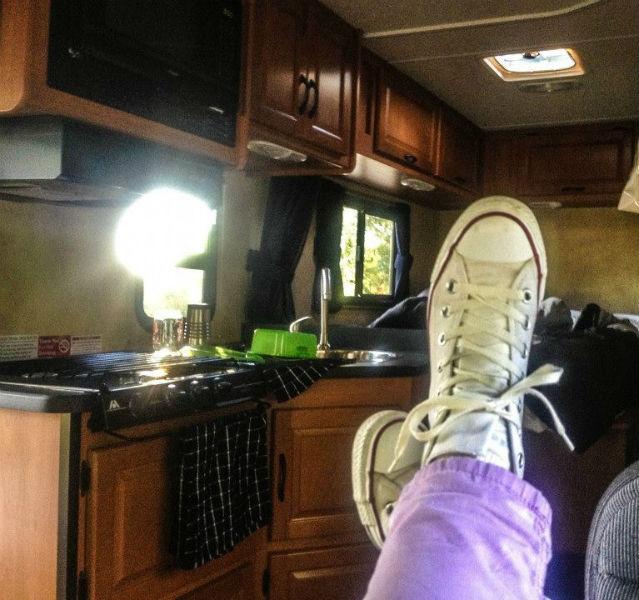 DER Vorteil bei Reisen mit einem Wohnmobil. Mann kann es sich so richtig gemütlich machen.