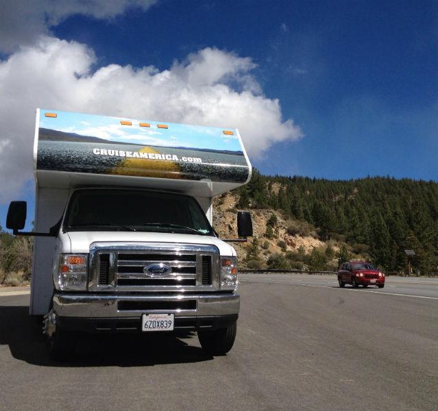 Mein großes Auto und ich: Kurzer Stopp in der Sierra Nevada in Kalifornien