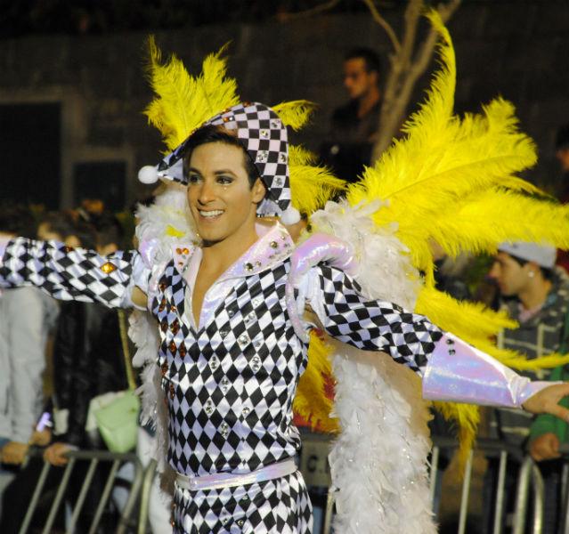 Gelbe Federn, strahlendes Lächeln: So präsentieren sich die Karnevals-Tänzer von Madeira