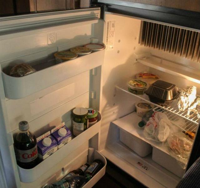 Mein Kühlschrank: immer voll. Kurz danach habe ich die Flaschen in Küchenpapier eingewickelt, dann hörte auch das Klimpern auf!