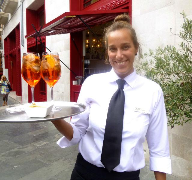 Mein Geheimtipp für Palma in 2014: auf der Straßenterrasse des Boutiquehotels Cort in Palma direkt gegenüber dem Rathaus von Palma gibt' s den besten Aperol Spritz, serviert von reizenden Damen