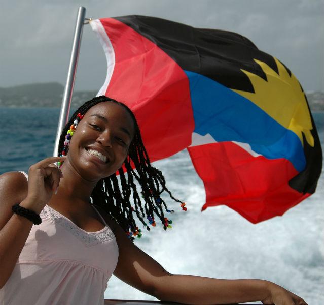 Per Boot von Antigua nach Barbuda: Dieser Schönen macht's offensichtlich Spaß