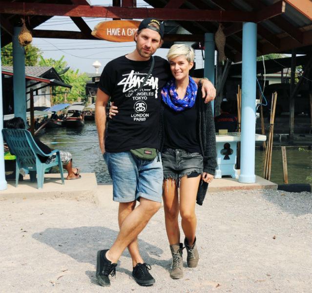 Mein Mann und ich am Eingangstor zu den Schwimmenden Märkten von Thailand