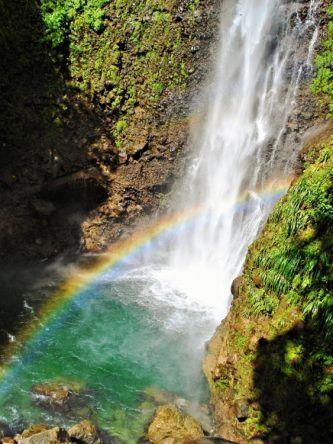 Wasserfall mit Regenbogen auf Karibikinsel Dominica