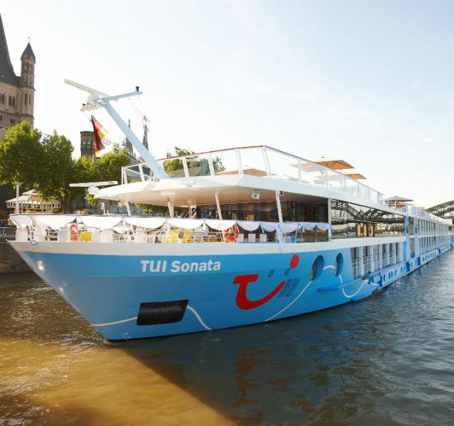 Leinen los: Die TUI Sonata, eins von insgesamt fünf Fluss-Schiffen der TUI, nach dem ablegen in Köln; im Hintergrund links die Kirche Groß St, Martin am Fischmarkt