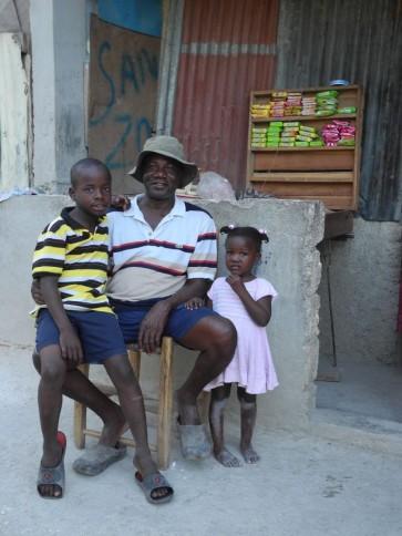 Haitianischer Mann mit Kindern