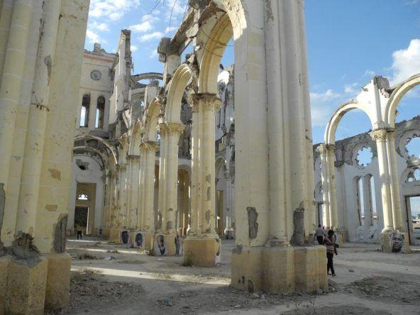 Zerstörte Schule auf Haiti