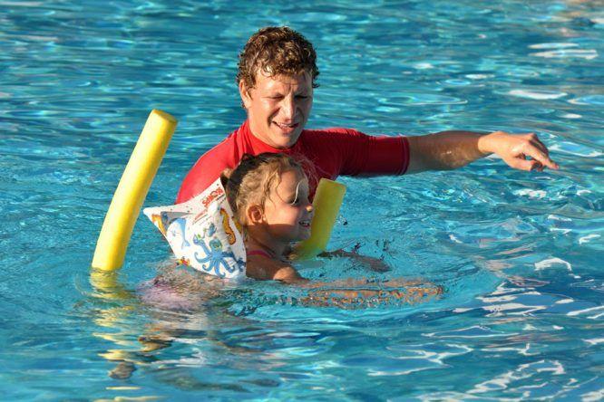 Hotelpool schwimmen lernen