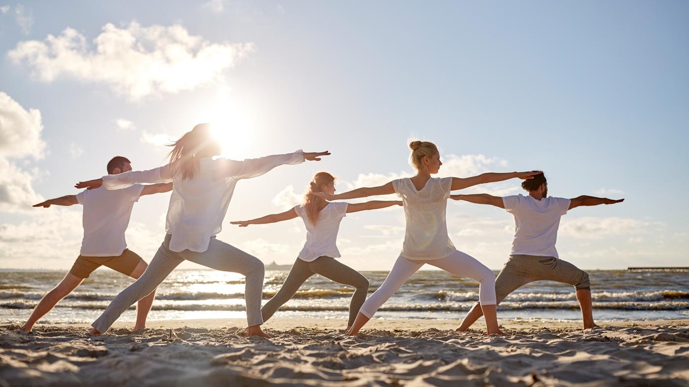 Yoga am Strand ist doch viel besser und entspannender als daheim!