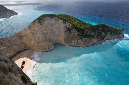 Am Ufer des Navagio Beaches auf Zakynthos befindet sich das berühmte Wrack