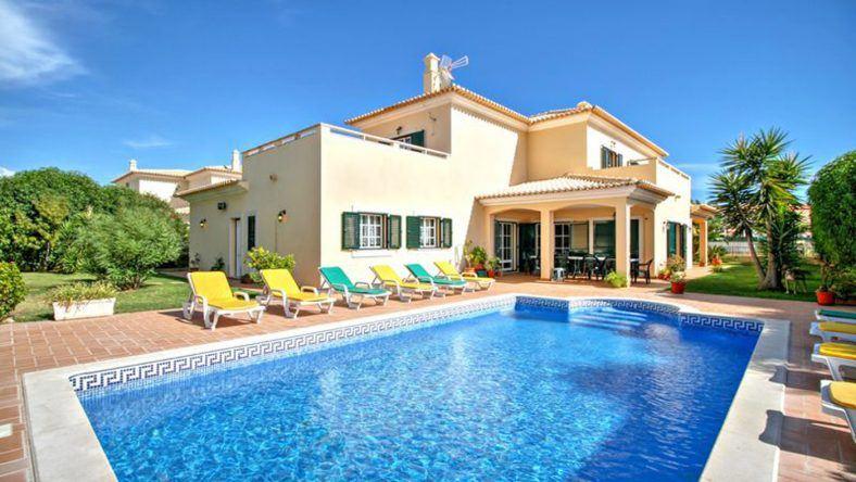 Dieses etwa 240 m² große Ferienhaus mit eigenem Pool in Albufeira an der Algarve ist für maximal 10 Personen ausgelegt.