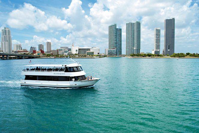 Miamis Skyline im Blick lässt es sich wunderbar durch die Bucht der Stadt schippern