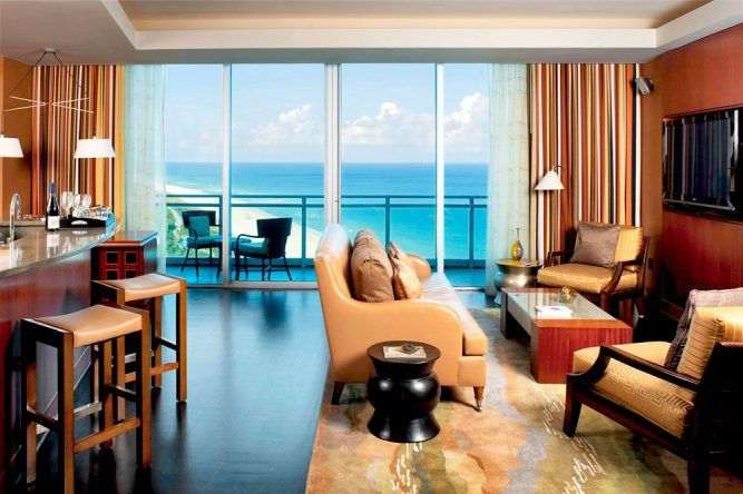 Geschmackvoll und luxuriös eingerichtet, schenkt es seinen Gästen den Blick auf die atemberaubende Küste gratis dazu