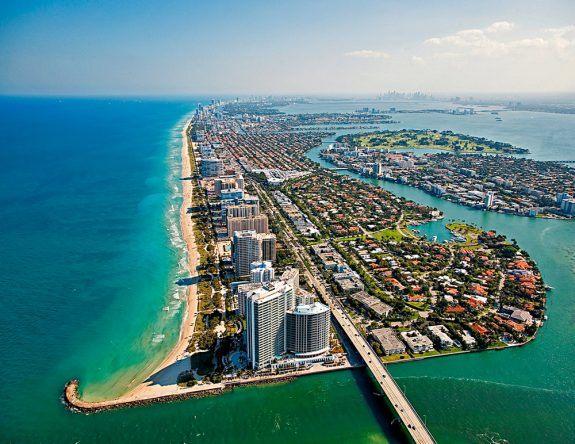 In Miami steht das Hotel One Bal Harbour und punktet unter anderem durch seine perfekte Lage