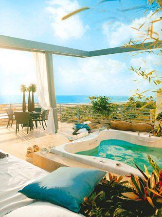 Nach Strand und Shopping geht es dann auf die chillige Terrasse mit herrlichem Blick, von der man eigentlich nie wieder aufstehen möchte