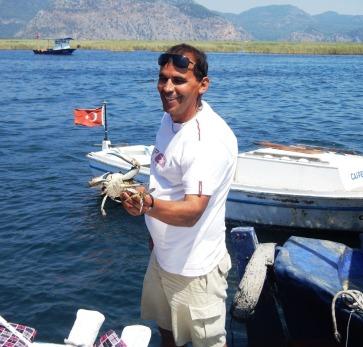 Stolz zeigt uns der Fischer seinen Krebs