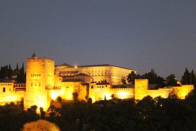 Blick auf die Alhambra bei Nacht